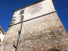 """Ospedaletti (IM), Torre antiturchesca, 1597 - Da documenti dell'epoca, in """"forma quadrata, la larghezza di palmi trentadue per ogni quadro e l'altezza di palmi quaranta-cinque, avente al piano del cordone una croia ben acconcia, forte e sufficiente a reggere l'artiglieria, e due guardiole""""."""