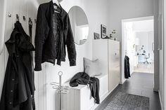 Välkomnande hall med platsbyggda lösningar Door Entryway, Entry Hallway, Hallway Ideas, Interior Design Pictures, Built In Storage, Apartment Therapy, Wardrobe Rack, Design Inspiration, Furniture