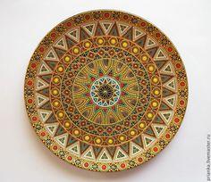 Купить или заказать Найроби.Декоративная тарелка. в интернет-магазине на Ярмарке Мастеров. Яркая декоративная тарелка с этническими мотивами.'Тесемочный' орнамент ассоциируется с африканскими бисерными расшивками. В комплект к вещице добавлен подвес для надежного крепления тарелки на стену. ------------------------------------------------------------------------- Полезная информация о том,как правильно составить композицию с тарелками в Вашем интерьере: www.livemaster.…