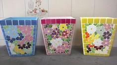 Cachepot em base de MDF revestido em pastilhas de vidro e delicado mosaico floral feito em azulejos finos. As 3 outras laterais são revestidas em pastilhas de vidro. O resultado é um lindo vaso decorativo.  Escolha as cores que melhor lhe agradar