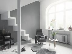 Zrównoważone szarości to ponadczasowe rozwiązanie aranżacyjne. Jasne odcienie podkreślają urok nowoczesnych, minimalistycznych wnętrz, a ciemniejsze doskonale pasują do wyrafinowanego, eleganckiego otoczenia. / Tikkurila - Color Now - paleta TRUE (szarości)
