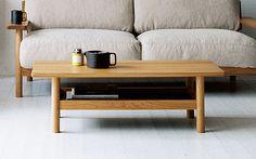 DIMANCHE LOW TABLE ホワイトオーク無垢材を使用したローテーブルです。 愛らしい丸脚のフォルムとトレイ型の棚板が特徴で、棚板のブラックグリーンが収納したアイテムを引き立てます。 同シリーズのソファとの相性も抜群です。