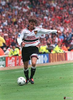 David Beckham in action Best Football Players, Football Love, Football Is Life, Vintage Football, Football Team, Manchester United Images, Manchester United Legends, Manchester United Football, Pier Paolo Pasolini