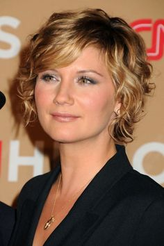 Jennifer Nettles at the 2010 CNN Heroes All-Star Tribute. http://beautyeditor.ca/2015/12/04/how-to-make-naturally-curly-hair-bigger