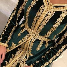Catalogue Caftan 2019 - Robes Originales de Luxe - Caftan Marocain Vente Location Boutique France - Maroc Moroccan Caftan, Moroccan Style, Caftan Gallery, Arabic Dress, Moroccan Wedding, Caftan Dress, Alexander Mcqueen Scarf, Kimono Top, Dress Up