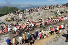 Tour de Francia 2015 stage 10 Crowds watch riders on the final climb. (Bettini Photo)