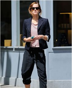 Emma Watson, Hermione of Harry Potter looks so beautiful even without makeup. Here are some of the Emma Watson no makeup looks to stun you! Emma Watson Without Makeup, Emma Watson Makeup, Emma Watson Daily, Emma Watson Style, Celebrity Style Casual, Military Looks, Becoming An Actress, Kendall Jenner Style, Kylie Jenner