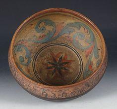 Rosemalt ølbolle med drikkevers utvendig og dat. 1776. D: 27 cm. Prisantydning: ( 2000 - 2500) Solgt for: 2800