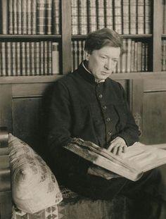 Ferruccio Busoni assorto in letture di grandi tomi. [1914ca.]