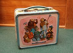 Walt Disney World lunch box. Love the Country bear jamboree @ Disneyland. Lunch Box Thermos, Tin Lunch Boxes, Vintage Lunch Boxes, Metal Lunch Box, Vintage Tins, Tin Boxes, Vintage Stuff, Disney Lunch Box, Star Wars Lunch Box