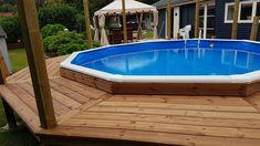 Trædæk rundt om fritstående pool