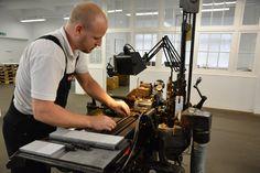 Die Setzkästen für unsere Workshops werden komplett neu bestückt. An der Monotype Supra gießen wir die Garamond in 18 Punkt. /// Foto: Museum für Druckkunst Leipzig