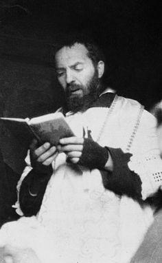 Padre Pio legge il Breviario, nel Coro del convento di San Giovanni Rotondo (1925 ca)