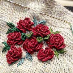 Cast-on flowers Brazilian Dimensional Embroidery Bullion Embroidery, Embroidery Flowers Pattern, Rose Embroidery, Flower Patterns, Embroidery Stitches, Hand Embroidery Projects, Hand Embroidery Designs, Embroidery Techniques, Brazilian Embroidery