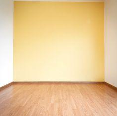 Tip: a la hora de pintar las áreas más cercanas al suelo y a bordes de puertas o ventanas, es mejor utilizar siempre una brocha. Pero para tener un mejor acabado, antes de que se seque, pasar una capa más por estas áreas con un rodillo más pequeño, pero de igual espesor que el utilizado para pintar el resto de la pared.