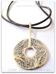 pendente em filigrana de prata 950 e courinho ( 950 silver filigree and leather string)