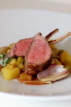 Lammkarree mit Bohnen-Schalotten-Gemüse und Rosmarinkartoffeln | HighFoodality - Rezepte mit Bild