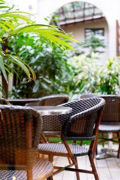 Petit jardin intérieur pour ce New Hotel proche de la gare Saint Lazare Paris Hotels, Outdoor Furniture Sets, Outdoor Decor, Wicker, Patio, Chair, Home Decor, Gardens, Courtyard Gardens