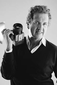 Mario Testino, Peruvian fashion photographer, who has worked for Vogue, Vanity Fair and the British royal family Mario Testino, V Magazine, Famous Photographers, Portrait Photographers, Vanity Fair, Photography Camera, Fashion Photography, John Kenny, Eric Lafforgue