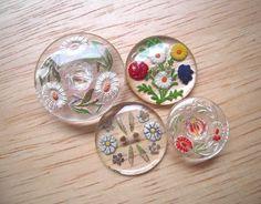 アメリカ&ドイツのヴィンテージガラスボタンです。お花の彫り模様がかわいいデザインです。経年の為ペイントに剥がれが見られる部分がございます。サイズ:直径18~2...|ハンドメイド、手作り、手仕事品の通販・販売・購入ならCreema。