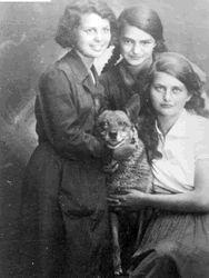 Tema Schneiderman, center, an underground courier, who secretly delivered news and ammunition to Polish ghettos. Died in Treblinka. Via Mordechai Tenebaum