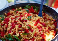 You know how much I love pasta.Any kind of pasta.Here is Fusilli with raw tomato sauce.This recipe serves six.It's a perfect su. Summer Pasta Recipes, Easy Pasta Recipes, Sauce Recipes, Great Recipes, Cooking Recipes, Healthy Recipes, Favorite Recipes, Healthy Dishes, What's Cooking