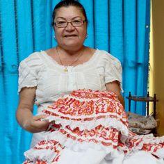 Fany Vergara tiene 60 años de confeccionar polleras.