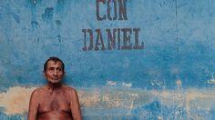 Un hombre sin camisa frente a una pared donde se lee con Daniel.  Ortega, quien estuvo a las riendas del país durante la llamada Revolución Popular Sandinista (1979-1990), busca su tercera elección consecutiva desde su regreso al poder en 2007 prácticamente sin oposición en el parlamento y en pleno control de los otros poderes del Estado.