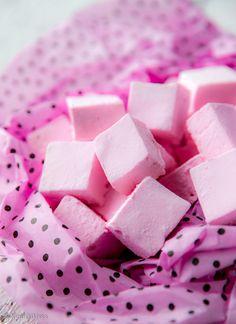Vaahtokarkit  Moni vieroksuu kaupan jauhoisia vaahtokarkkeja. Tälle namuselle kannattaa kuitenkin antaa uusi mahdollisuus, sillä kotikeittiössä siitä syntyy huikean mehevä herkku. Valmistaminenkaan ei ole vaikeaa, kunhan omistaa karkintekijän taikatyökalun, digitaalisen paistomittarin.  #ystävänpäivä #valentine Candy Recipes, Wine Recipes, Sweet Recipes, Baking Recipes, Homemade Sweets, Homemade Candies, Sweet Little Things, Sweet Bakery, Tasty Bites