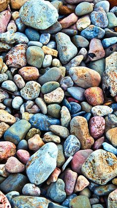 Pebbles Photography iPhone 5s Wallpaper Download | Grotesque pebbles lying by sea。