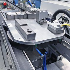 The uses transfer plates or product carriers to move component assemblies from one workstation to the next. Because the drive motor is integrated into the shaft, the system saves space by eliminating external drive motors. Montage, Space Saving, Motors, Transportation, Connection, Industrial, English, Plates, Simple