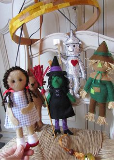 Nursery mobile Wizard of Oz via Etsy. Oh, how I love this! Boy or gurl ♥