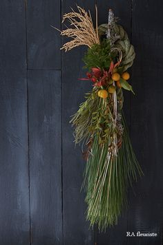 12月は全くブログが更新できず、楽しみにして下さっていた方ごめんなさい。お正月レッスンで皆様にお作り頂いた作品を一部ですがご紹介したいと思います。年の瀬の... Japanese New Year, New Years Decorations, Ikebana, My Flower, Dried Flowers, Grapevine Wreath, Flower Arrangements, Garland, Diy And Crafts