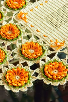 Uncinetto e crochet: Centro tavola all'uncinetto con le margherite gialle