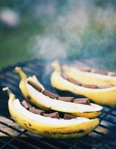 Puur Recepten - Licor 43Verwarm de bbq. Vouw de aluminiumfolie in halve boodjes. Pel de bananaan en kerf hem in. Leg in de kerf stukjes chocolade en besprenkel met Licor 43. Vouw  dicht. Leg op de BBQ. Na ongeveer 10 min is het geheel gaar Serveer met evt. een bolletje vanille ijs.  Kan ook in de oven maar dan duurt het wel iets langer.