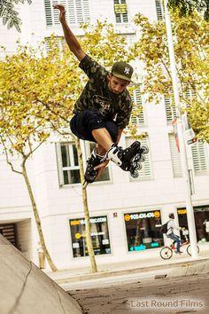 Free Skating - Urban Skating Am häufigsten wird diese Art von Inlineskating in Großstädten wie Barcelona, Paris oder New york betrieben. Hiervon sind außerdem nicht nur Herren sondern auch Damen betroffen.  Viele junge und talentierte Skater fahren dort täglich mit tollen Tricks und Sprüngen durch die Stadt.   http://www.rollsport.de/free-skating-urban-skating/