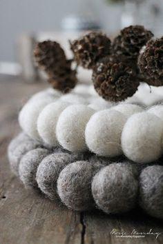 Wir glauben, dass dieser prächtige und reine Teppich buchstäblich zu jeder Inneneinrichtung passt. Und so denk Mrs. Monday, die diese zwei schöne Filzuntersetzer besitzt.   Klassisch von Sukhi.de