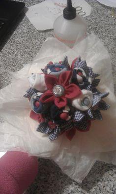 bouquet con bottoni e fiori di stoffa per neonato e neomamma