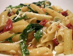 Macarrão ao creme de alho-poró, tomate e espinafre