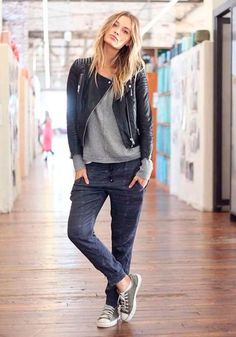 Look comfy com calça jogger , moletom cinza, jaqueta de couro e all star.