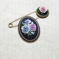 자수브로치 : 네이버 블로그 Creative Embroidery, Folk Embroidery, Embroidery Jewelry, Embroidery Stitches, Embroidery Patterns, Vintage Crafts, Projects To Try, Gemstone Rings, Cross Stitch