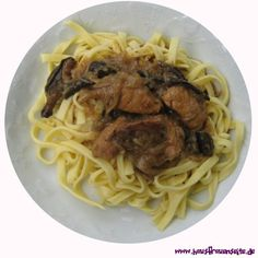 Zwiebel-Gulasch unser Zwiebel-Gulasch ist deftige Hausmannskost laktosefrei Spaghetti, Yummy Recipes, Ethnic Recipes, Food, Goulash Recipes, Onions, Chef Recipes, Food And Drinks, Tasty Food Recipes