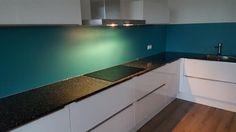 Collorz luxe aluminium keukenachterwand van Visualls. Kleur RAL5018 turkooisblauw. Collorz is de perfecte, strakke wandafwerking voor iedere keuken. Ideaal bij nieuwbouw waarbij de muren niet gestuukt kunnen worden ivm vocht, maar ook bij keukenrenovatie. Een Collorz keukenwand kan direct op de oude tegels gemonteerd worden! Meer info via Visualls keukenachterwanden.