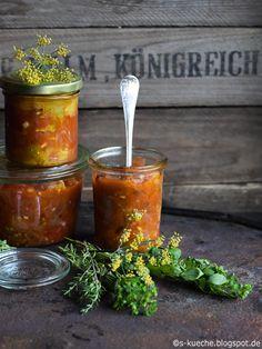 Ketchup aus ofengerösteten Tomaten  Das Aroma des Sommers im Ketchup. Sonnengereifte Tomaten im Ofen geröstet und mediterran gewürzt. So schmeckt Italien.