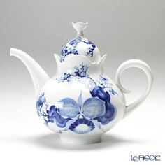 Meissen blue and white teapot Blue And White China, Blue China, Delft, Tea Cup Saucer, Tea Cups, Teapots And Cups, Tea Art, Chocolate Pots, China Patterns