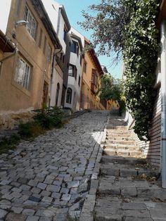 Budapest. II. Gül Baba utca meredek macskaköves romantikája. Klára Czikoráné Dóczy. Hungary