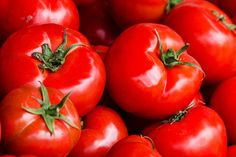 #FloraTips: Αφήνετε τις ντομάτες εκτός ψυγείου!!  Οι #ντομάτες έχουν γεννηθεί στις θερμές ερήμους της Νότιας Αμερικής και δεν προσαρμόζονται καλά στις θερμοκρασίες των ψυγείων. Το ψυχρό περιβάλλον τις κάνει άνοστες και λιγότερο ζουμερές.  ★ Η συμβουλή μας; Προτιμάτε για τη φύλαξή τους ένα δροσερό και φωτεινό σημείο στον πάγκο της κουζίνας, όπου μπορούν να διατηρηθούν περίπου για μια εβδομάδα! Alabama White Sauce, Food For Glowing Skin, 10 Essentials, Tomato Vegetable, Tomato Sauce, Cherry Tomatoes, Hot Sauce, Flora, Homemade