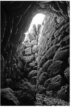 FOTO 16: Una ridottissima corte consente di conservare l'individualità della torre centrale. Immagine da questo sito:  http://www.nurnet.it/it/1121/Il_Nuraghe_Appiu-_di_Augusto_Mulas.html