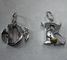Massive Buchstaben aus 925er Silber (ca. 1,5cm hoch, ca. 2,5mm stark) als Engel und Teufel.  Der Heiligenschein und die Schwanzspitze aus 585er Gelbgold. #kettenanhaenger #angel #devil #engel #teufel #necklage