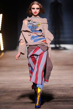 Andreas Kronthaler for Vivienne Westwood Fall 2010 Ready-to-Wear Fashion Show Anti Fashion, Punk Fashion, Paris Fashion, Runway Fashion, Fashion Show, Fashion Tips, Fashion Design, Conceptual Fashion, Mode Style